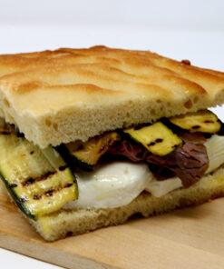 Focaccia farcita roast-beef stracchino zucchine grigliate - Corolla Delivery